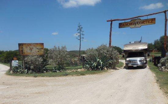 Bandera, تكساس: RV at entrance TO RANCHO CORTEZ