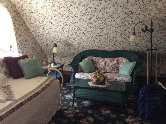 Henry Sawyer Inn : Sitting/ dressing area on 3rd floor suite