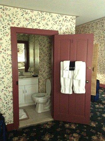 Henry Sawyer Inn : 3rd floor suite bathroom