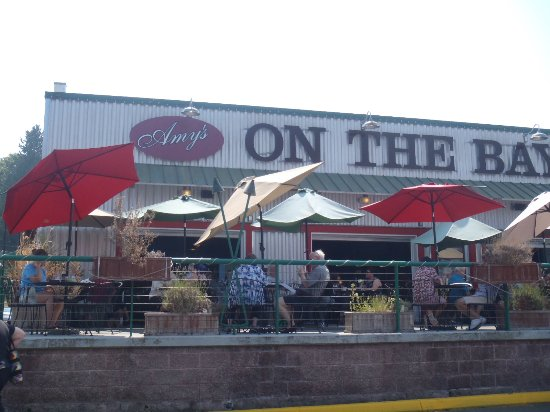 Port Orchard, WA: Outdoor dining overlooking the bay.