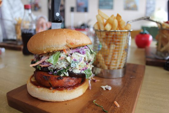 Turangi, New Zealand: Chicken burger and chips
