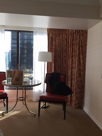 Four Seasons Hotel Vancouver: A very sunny two bed room.