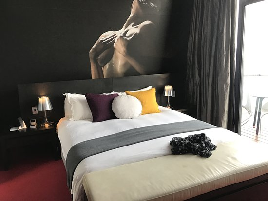 Mona Pavilions: The top floor bedroom
