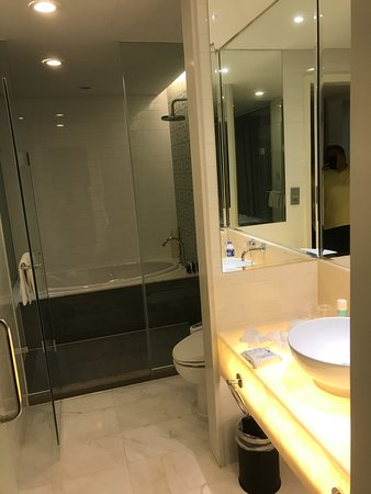 Dorsett Shanghai: Awesome bathroom, very comfy for two adults
