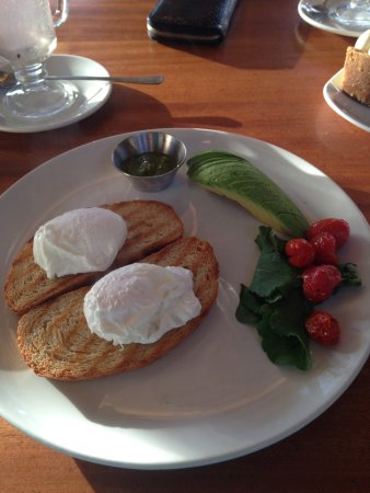 Grabouw, Sydafrika: Peregrine Poach breakfast with avo