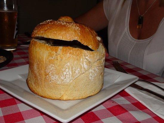 Czarna Kaczka: Salmón, un tipo de estofado recomendación del xef y sopa agria en pan.