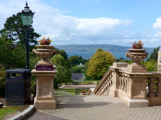 Holywood, UK: Steps down from the Hotel to the Inn