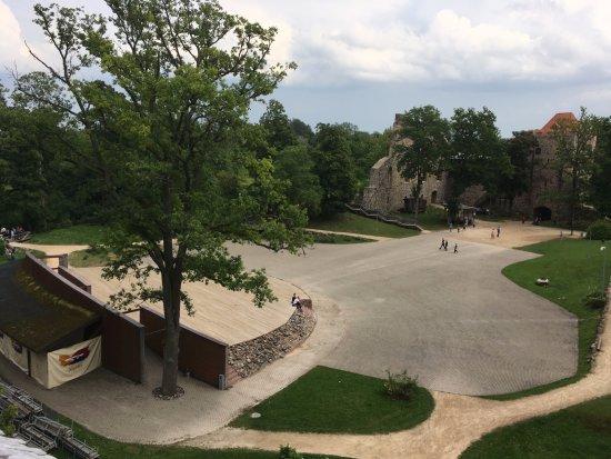 Sigulda, Letland: Вид на двор из обзорной башни в Старом замке Сигулду