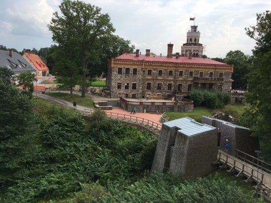 Sigulda, Letland: Вид на Новый замок в Сигулду из вершины стены Старого Замка
