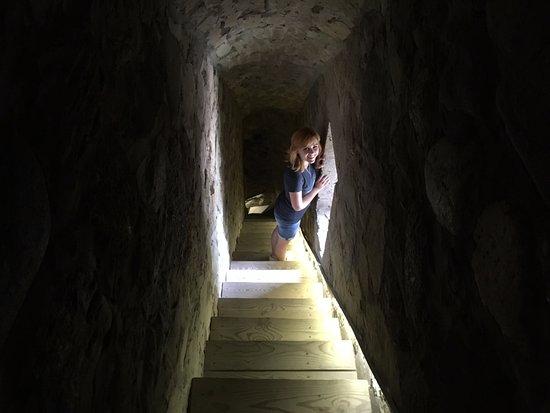 Sigulda, Latvia: Один из тоннелей в стенах Старого Замка Сигулду