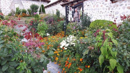Dobarsko, Bulgaria: les jardins de l'eglise richement ornée