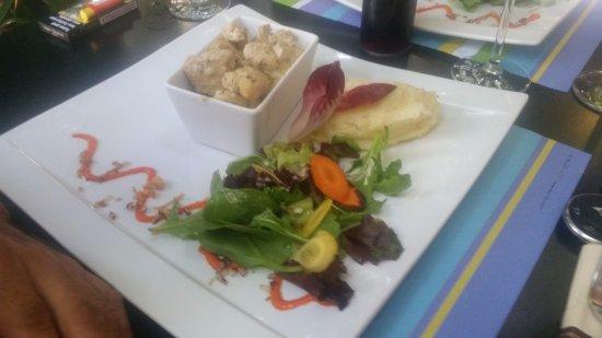 Lunel, France: mon invité a choisi un émincé de volaille accompagné d'un écrasé de pomme de terre et salade
