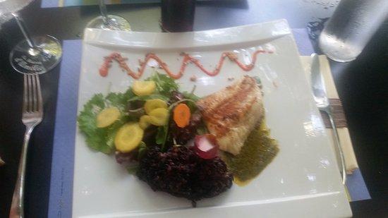 Lunel, France: pavé de saumon et risotto de riz noir salade joliment décoré