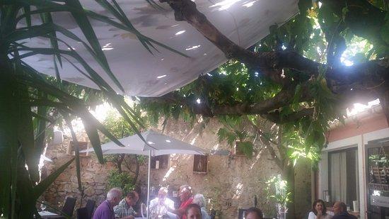 Lunel, France: Leur terrasse ombragée pour le déjeuner est parfaite, reposante et calme