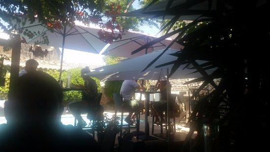 Lunel, France: terrasse ombragée vraiment bien venue pour le déjeuner