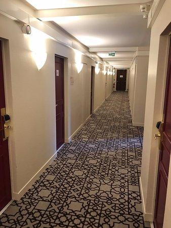 Dourdan, Francia: First floor corridor.