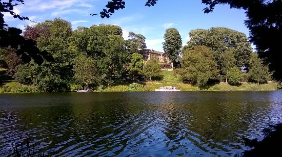Harewood House: The lake with view on the boat and the bird Garden