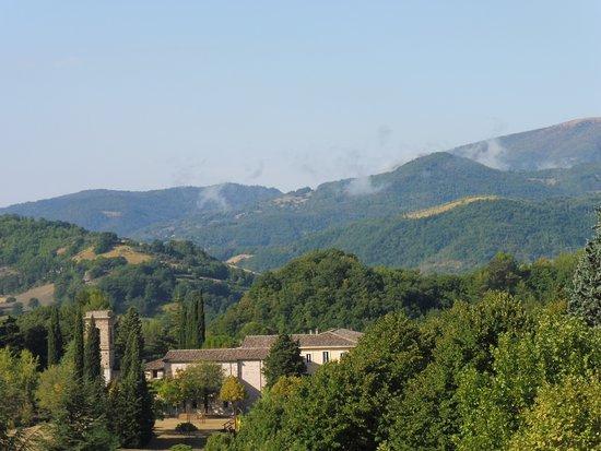 convento dei padri carmelitani ritratto da Nocera Umbra e su lo sfondo il monte Subasio caro a S