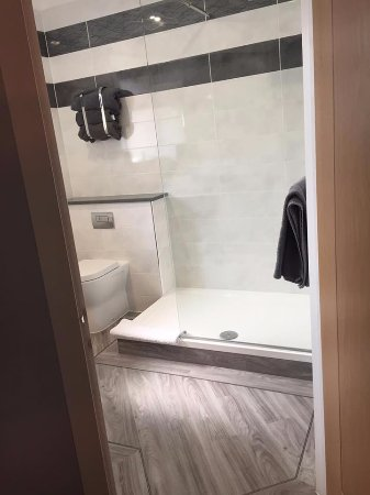 Aberdare, UK: Room 3 - ensiute with a large walk in shower