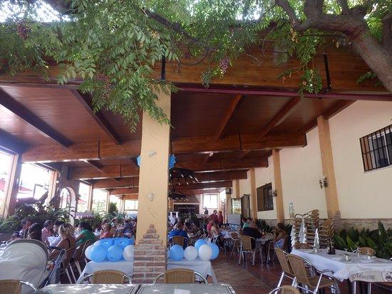 Venta Los Morenos: La terraza donde puedes disfrutar de una buena comida a la barbacoa