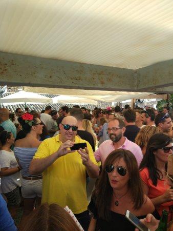 Oasis Backpackers' Hostel Malaga: Terrace crowd
