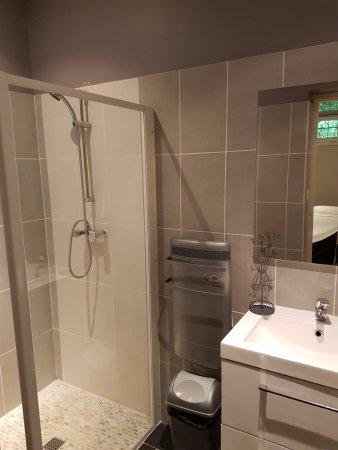 Foix, France: La salle de bain et sa douche Italienne. Un bon moment après le gommage, clair et chaleureux.