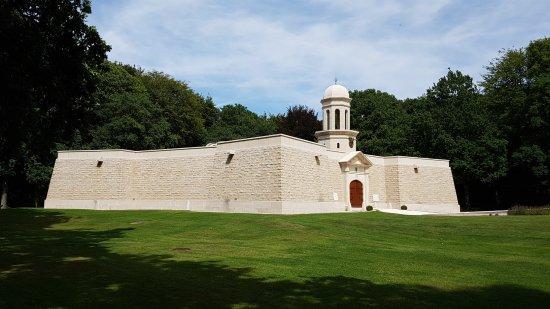 Delville Wood War Memorial: Vue d'ensemble du mémorial
