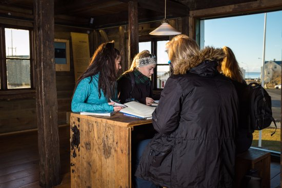 Hofn, Islandia: We offer computer for use, free wifi, and books about the national park.