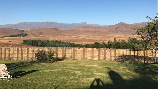uKhahlamba-Drakensberg Park, Sudáfrica: View from our self catering cottage... the Amphitheatre in the distance.