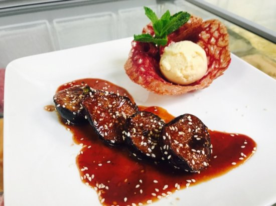 Roques, France: Figues rôties, tuile aux fruits rouges glace vanille bourbon
