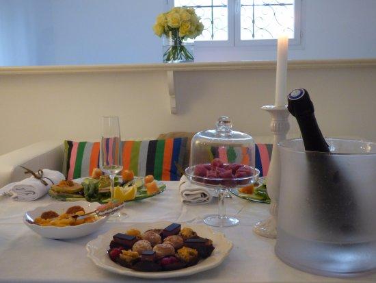 Рокбарон, Франция: Nous proposons la table d'hôtes qui peut être prise en chambre ou à table au bord de la piscine