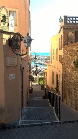 Borgo medievale di Nettuno: scalinata che giunge sino al porto