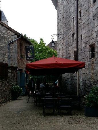 Au Hasard Balthazar: le restaurant dans la ruelle ombragée. Fin du service. La terrasse était pleine auparavant.