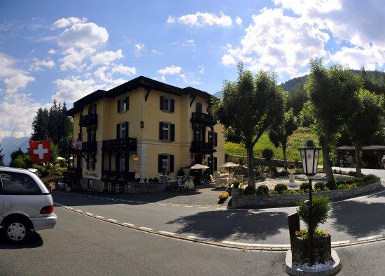 Vulpera, Schweiz: L'extérieur de l'hôtel, vue du parking