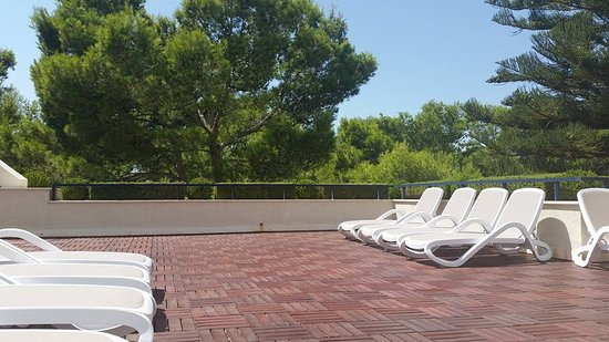 Hipotels Bahia Grande: private sun terrace with showers and parasols 2nd floor