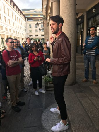 SANDEMANs NEW Europe - London: Our tour guide living the moment