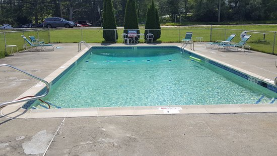 Waterford, CT: Nice 8 foot deep outdoor pool