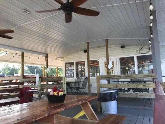สกอตส์โบโร, อลาบาม่า: Our covered waterfront dining area is cozy and dog friendly.