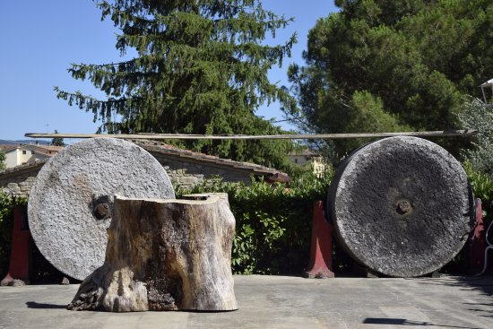 Impruneta, Italien: Remeber the past, be ready for the future (the two old grind stones)