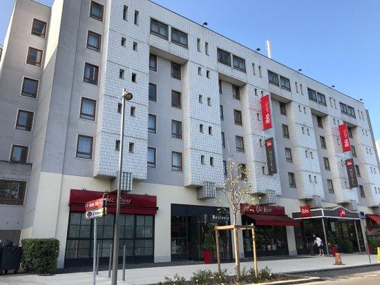 Champs-sur-Marne, Frankrike: Uitzicht van het Ibis hotel vanop straatkant
