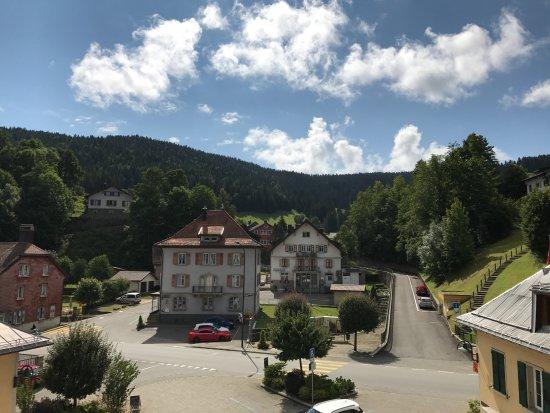 Le Brassus, Schweiz: Chambre au 2e étage donnant sur la place de la Lande