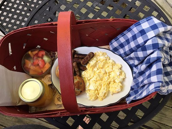 Cajun Country Cottages Bed and Breakfast: Breaskfast serviced in a basket each morning! Beautiful and tasted great!