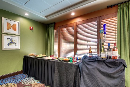 Holiday Inn Express & Suites Jacksonville - SE Med Center Area : Manager's Reception Monday-Thursday from 4:30 PM - 6:00 PM