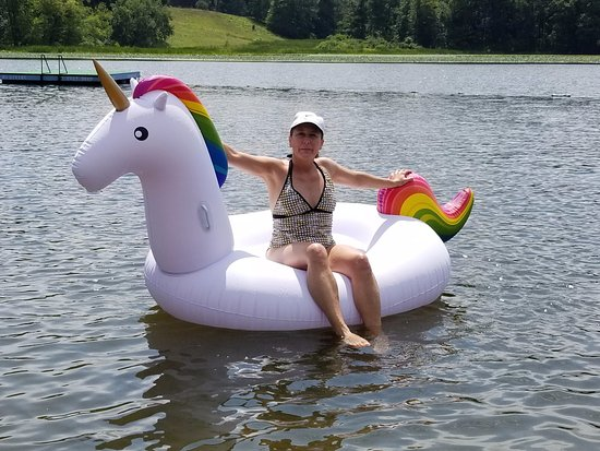 Saugerties, NY: Cute little beach on a lake.  I brought my 8 foot inflatable unicorn to lounge on!