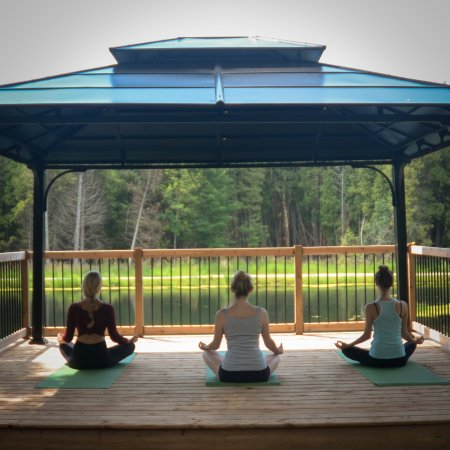 Grafton, Kanada: Yoga in the outdoor gazebo