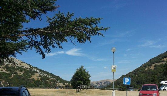 Gualdo Tadino, Italië: Parcheggio con panorama mozzafiato