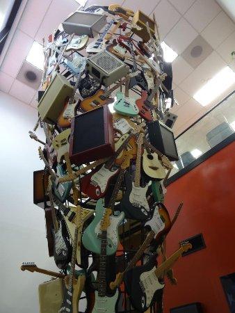 Corona, Καλιφόρνια: Un árbol de guitarras y amplificadores en la Recepción. Interesante detalle.