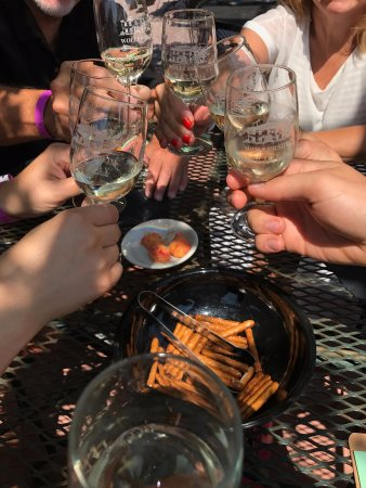 Prairie du Sac, WI: Can't beat wine tasting with friends and family!