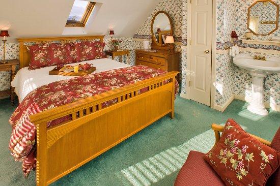 Jackson, NH: Mountain Lodge Room #15- The Matthew Thornton Room