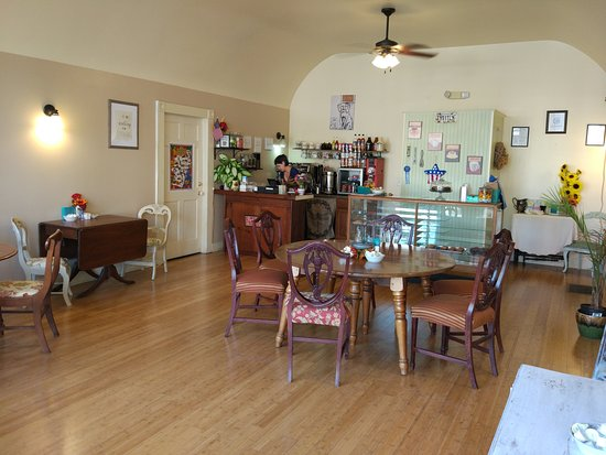 Clifton Forge, Βιρτζίνια: Splendid cappuccino and muffins! Come to see this tiny bakery where muffins warm your heart and